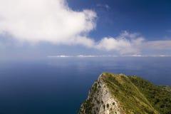 Повышенный взгляд Капри, итальянский остров с полуострова Sorrentine на южной стороне залива Неаполь, в области Campa Стоковая Фотография RF