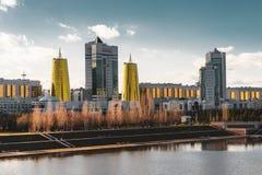 Повышенный панорамный вид на город над Астаной в Казахстане с золотыми башнями aka банки пива и президентское строя Ak стоковое изображение