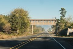 Повышенный footbridge на дороге около двойных утесов, Орегоне, США стоковое изображение rf