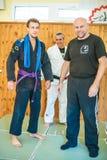 Повышен и получает студент пояс пурпура Jiu-Jitsu бразильянина BJJ стоковые изображения