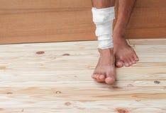 Повязка марли нога обрабатывая терпеливого мужчины стоковые фото