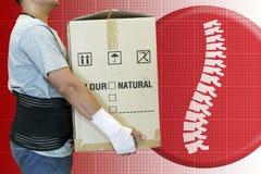 Повязка руки человека, поднимает тяжелую коробку Стоковые Изображения RF