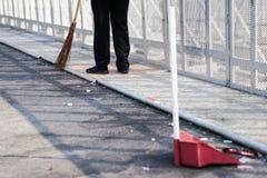 Погань более чистой стреловидности в большой открытой площадке асфальта в полдень стоковые фото