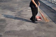 Погань более чистой стреловидности в большой открытой площадке асфальта в полдень стоковое фото