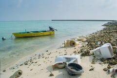 Погань и сломленные туалеты на тропическом пляже стоковые изображения
