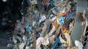 Погань сортируя для повторно использовать и размещать Пластиковый отброс вращает в машине на фабрике пока сортирующ акции видеоматериалы