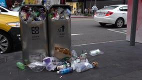 погань 4K разливая из переполненного мусорного бака на улице Тайбэе города taiwan видеоматериал