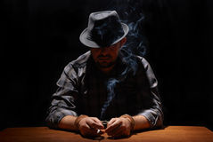 поглощенный курить gansgter Стоковое фото RF