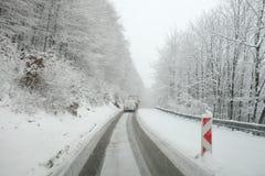 Погода зимы, снег на дороге Бедствие снега на дороге стоковое фото
