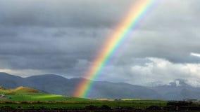 Погода создавая яркую радугу Уэльс стоковые фото