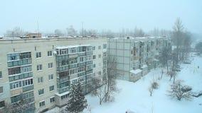 Погода Snowy Снег покрыл двор Взгляд к городу европейца зимы Плохая погода в городе видеоматериал
