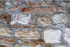 Погод-побитый булыжник белого камня блока прямоугольный в старой дизайна предпосылки конца-вверх основания цемента стоковая фотография rf