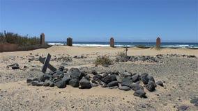 Погост на песчаном пляже с могилой и крестом сток-видео
