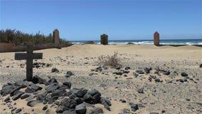 Погост на песчаном пляже с могилой и крестом акции видеоматериалы