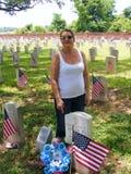 Погост с американскими флагами и посетителями Стоковые Фото