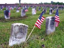 Погост с американскими флагами Стоковая Фотография RF