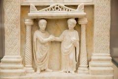 Погребальный сляб пожененной пары увиден в ваннах Diocletian в Риме Стоковые Изображения