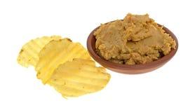 Погружение Hummus в шаре с картофельными стружками Стоковое Фото