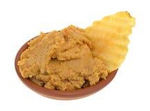 Погружение Hummus с картофельной стружкой в шаре Стоковая Фотография