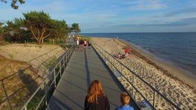 Погуляйте вдоль берега моря, полуострова Hel, Польши, 07 2016, ВОЗДУШНЫЙ ОТСНЯТЫЙ ВИДЕОМАТЕРИАЛ видеоматериал