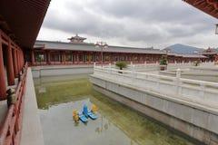 Погуляйте и выпустите бассейн putuoshan коллежа Будды, самана rgb Стоковое Фото