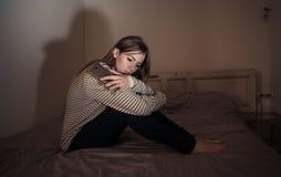 Подавленная девушка подростка на жертве мобильного телефона cyberbullying чувства грустной, несчастной и сиротливой стоковое фото