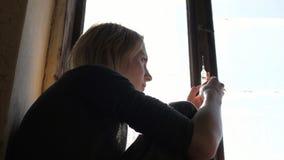 Подавленная сторона девушки думая о шприце с героином Стоковая Фотография