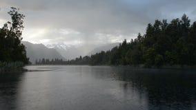 Подавленное cloudscape и сильный дождь над озером Matheson сток-видео