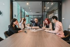 Подавленные бизнесмены в конференц-зале, имеющ проблемы в co стоковое фото rf