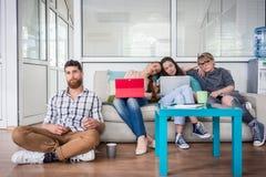 Подавленные молодые фрилансеры испытывая недостатки само-занятости стоковая фотография rf