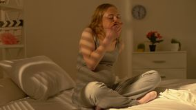 Подавленный беременный женский жуя донут, расстройство пищевого поведения роста, стресс материнства видеоматериал