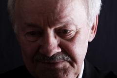 подавленный ключевой низкий старший портрета человека Стоковая Фотография