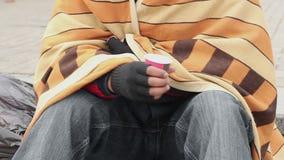 Подавленный человек дрожа от холода, умоляя для денег, беспризорность, нищета видеоматериал