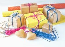 Подарки в праздничном украшении и материалы для оборачивать подарка Стоковая Фотография RF