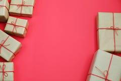Подарки для друзей и семьи куча коробок Выбор настоящих моментов в handcrafted упаковке бумаги и красных смычках шпагата стоковые изображения rf
