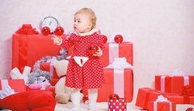 Подарки для рождества ребенка первого Деятельности при рождества для малышей Концепция чуда рождества Вещи, который нужно сделать стоковые изображения rf