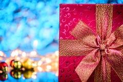 подарки и игрушки на предпосылке стеклянного стола и bokeh голубой светлой Стоковые Изображения RF