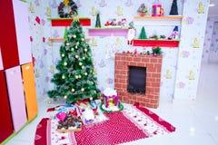 Подарки и игрушки Нового Года Декор Новый Год Дерево Новый Год Плита ` s Нового Года стоковое фото rf