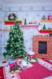 Подарки и игрушки Нового Года Декор Новый Год Дерево Новый Год Плита ` s Нового Года стоковые изображения rf