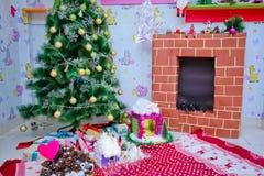 Подарки и игрушки Нового Года Декор Новый Год Дерево Новый Год Плита ` s Нового Года стоковые фотографии rf