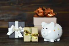 Подарки и копилка рождества стоковые изображения rf