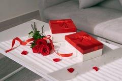 Подарки и красная роза дня матерей на таблице Стоковые Фото