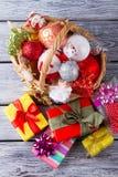 Подарки и орнаменты Кристмас Стоковое Изображение RF