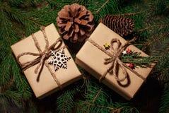 Подарки и приветствия рождества с стоковые фотографии rf