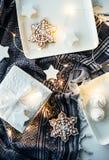 Подарки и украшения белого рождества, настоящие моменты и сладостный имбирь Стоковые Фото