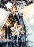 Подарки и украшения белого рождества, настоящие моменты и сладостный имбирь Стоковые Изображения