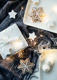 Подарки и украшения белого рождества, настоящие моменты и сладостный имбирь Стоковое Изображение RF