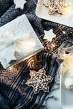 Подарки и украшения белого рождества, настоящие моменты и сладостный имбирь Стоковая Фотография RF
