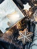Подарки и украшения белого рождества, настоящие моменты и сладостный имбирь Стоковое Изображение