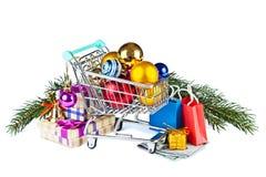 Подарки и украшения для рождественской елки в вагонетке от s Стоковые Изображения